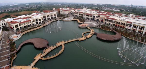 广场中心景观轴为下沉式广场和景观湖,桥梁为丝带,湖泊为翡翠,喷泉为图片